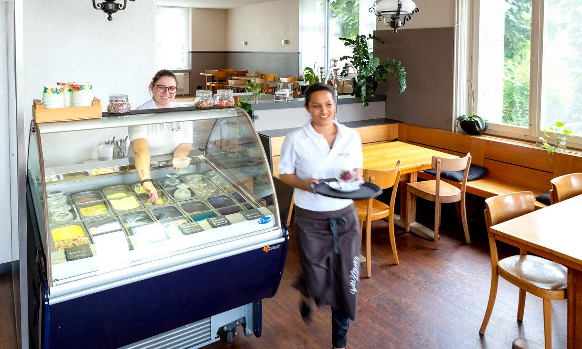 Die Gelateria des Restaurants Bären Schüpfen. Über 20 verschiedene Sorbet- & Rahmglacen stehen dir von der Eisinsel zur Auswahl.